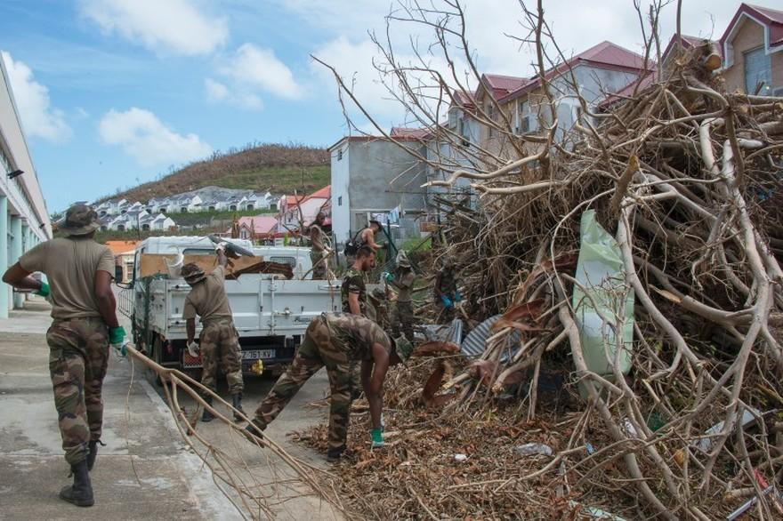 7790155230_des-militaires-deblayent-les-routes-apres-le-passage-de-l-ouragan-maria-en-guadeloupe.jpg